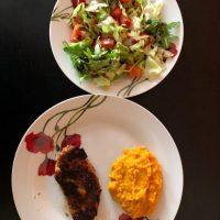 grill csirkemell, édesburgonya püré és sakáta